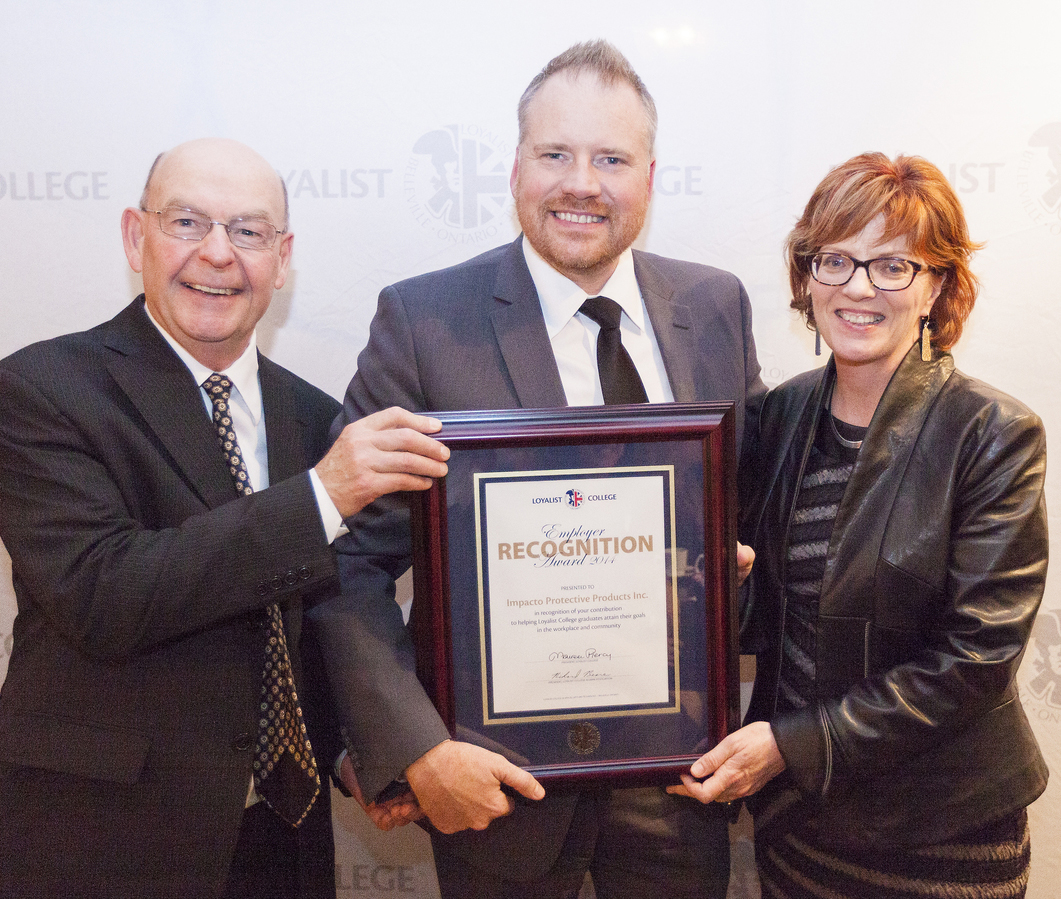 43b8fba7537 Eric Lehtinen of Impacto Protective Products is presented with an Employer  Recognition Award by Alumni Association